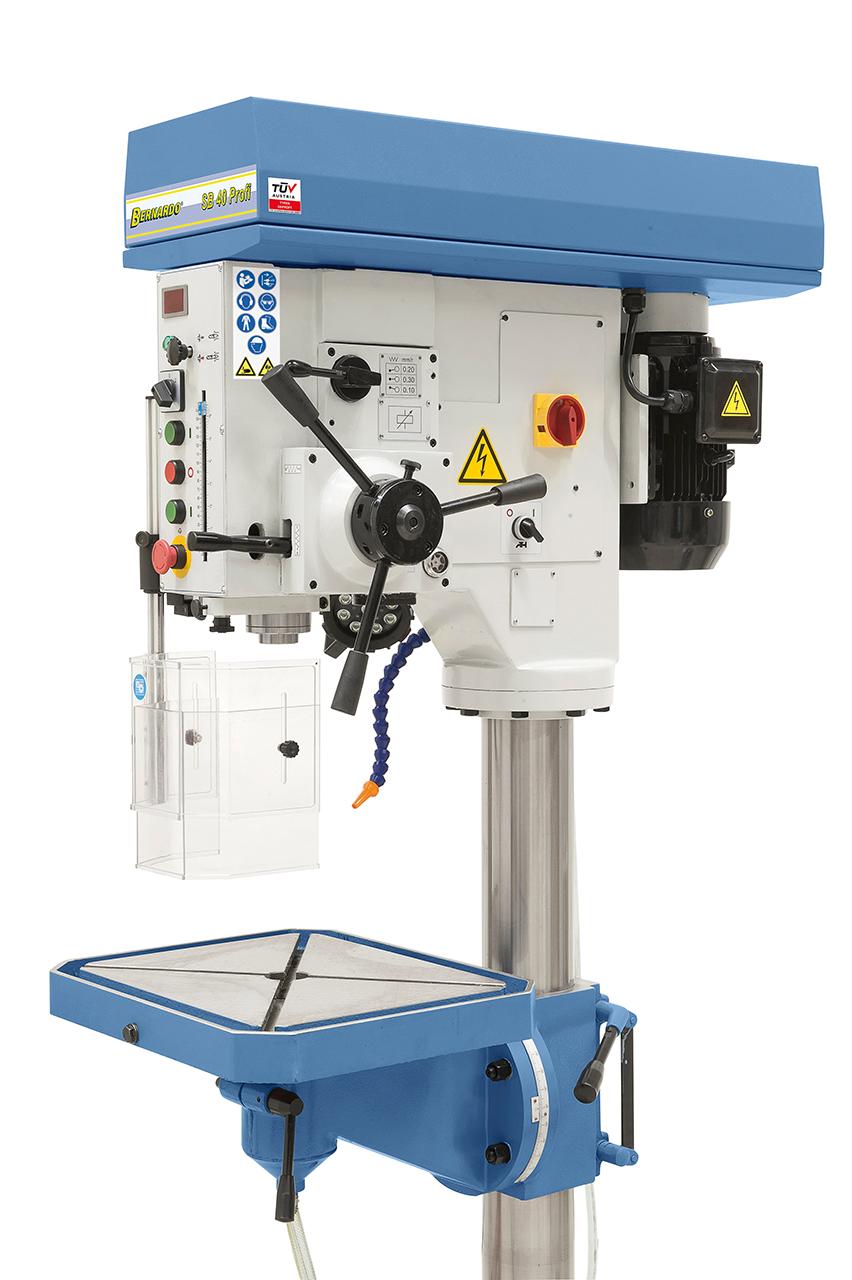 Der Spindelvorschub erfolgt wahlweise per Hand oder mittels mechanischem Vorschub (0,1 / 0,2 / 0,3 mm/U).