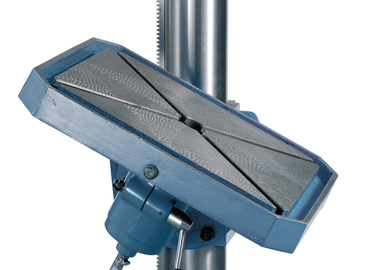 Stabile geschliffene Stahlsäule, Bohrtisch von -50° bis +50° schwenkbar.