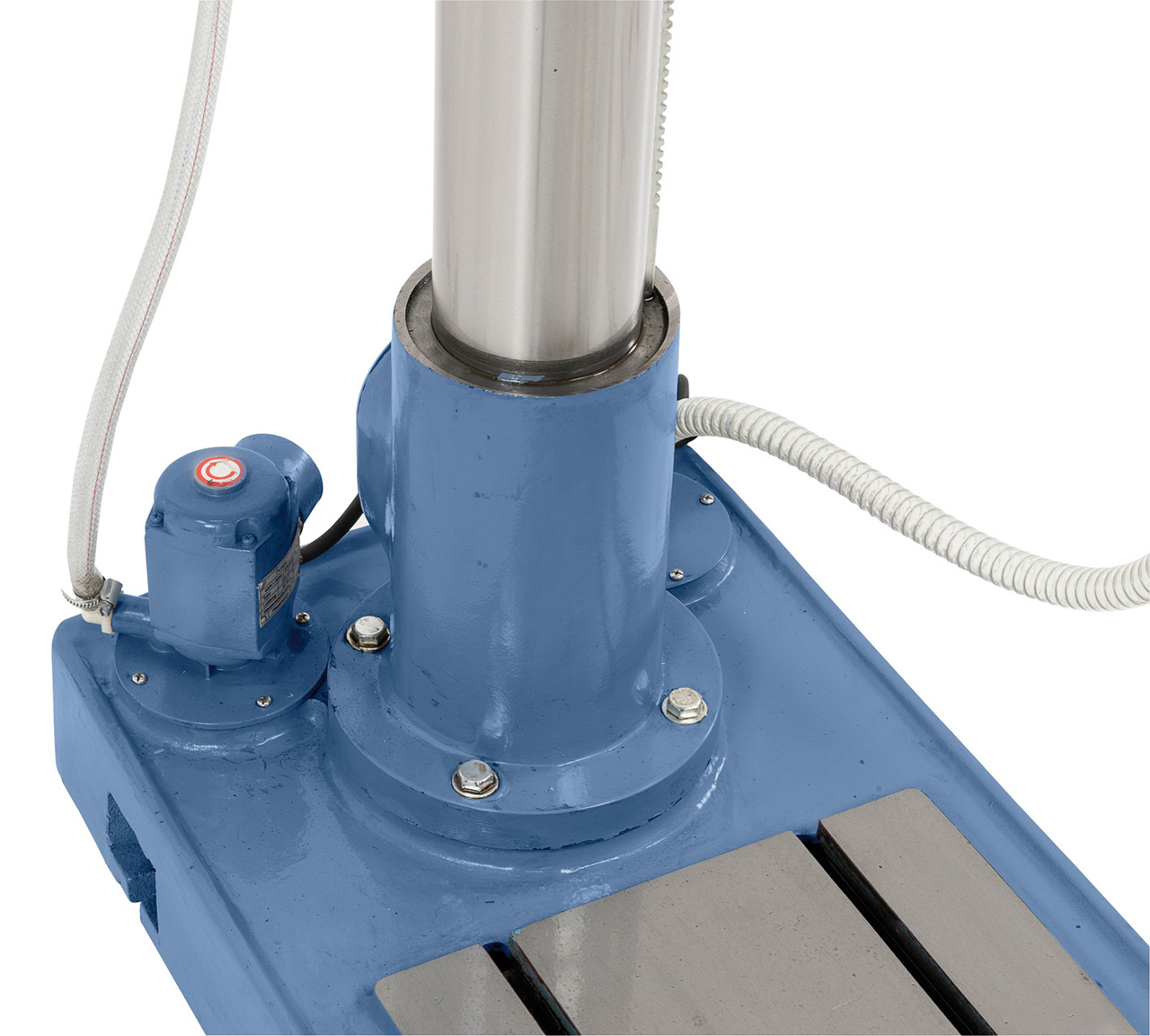 Serienmäßig mit integrierter Kühlmittelpumpe in der Bodenplatte.
