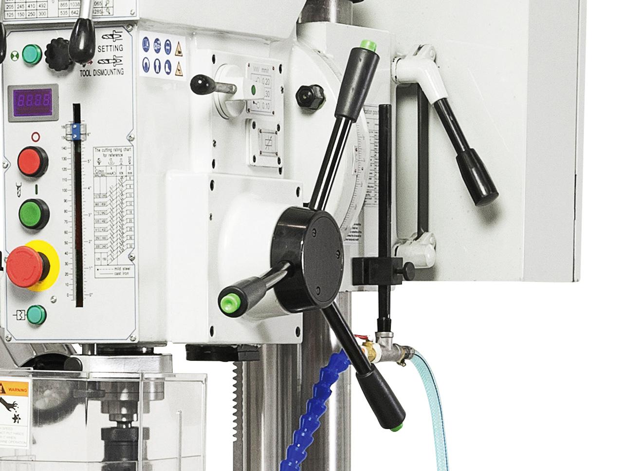 Der Bohrvorschub erfolgt wahlweise per Hand oder mittels Elektromagnetkupplung (0,1 / 0,2 / 0,3 mm/U)