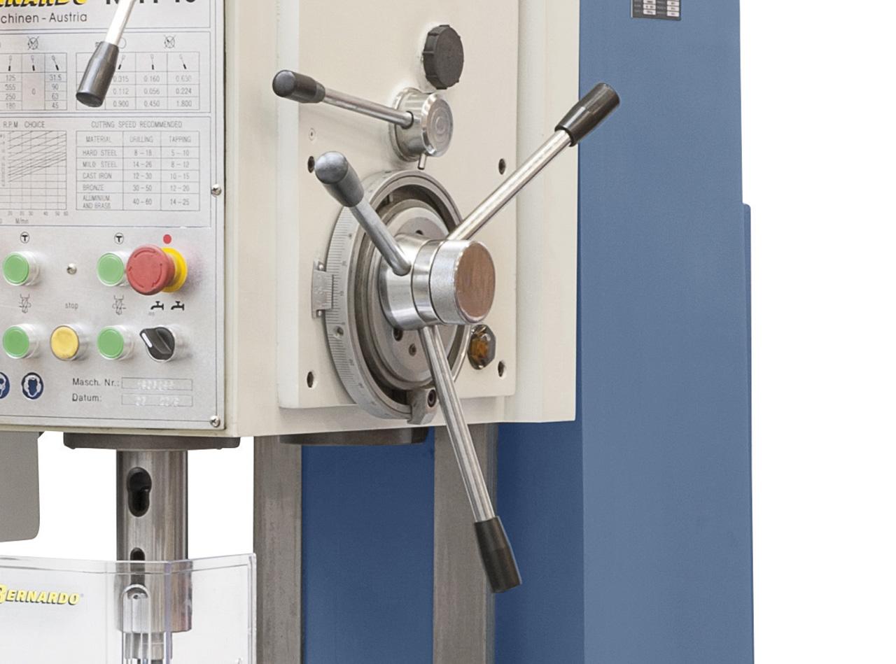 Sterngriff für manuelle Pinolenzustellung, Kupplungshebel für automatischen Vorschub.
