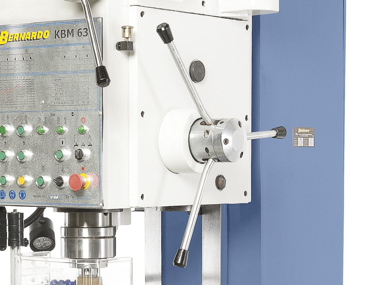 Sterngriff für manuelle Pinolenzustellung, Kupplungshebel für automatischen Vorschub. Übersichtlich aufgebauter Bohrkopf mit sämtlichen Schalt- und Bedienelementen.