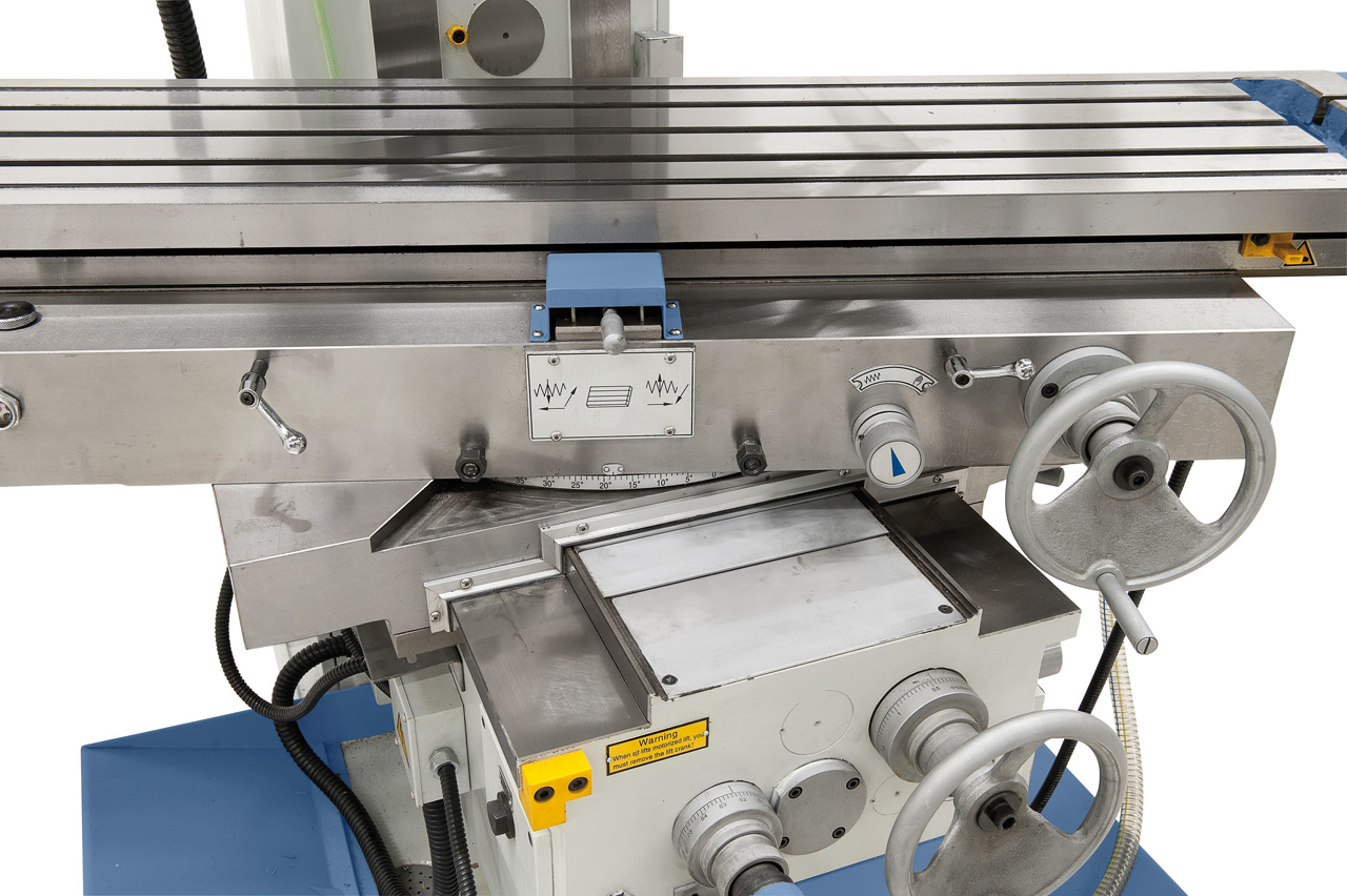 Erhöhter Bedienkomfort durch die Tischverstellung in x-Achse mittels Handrad an der Vorderseite der Maschine.