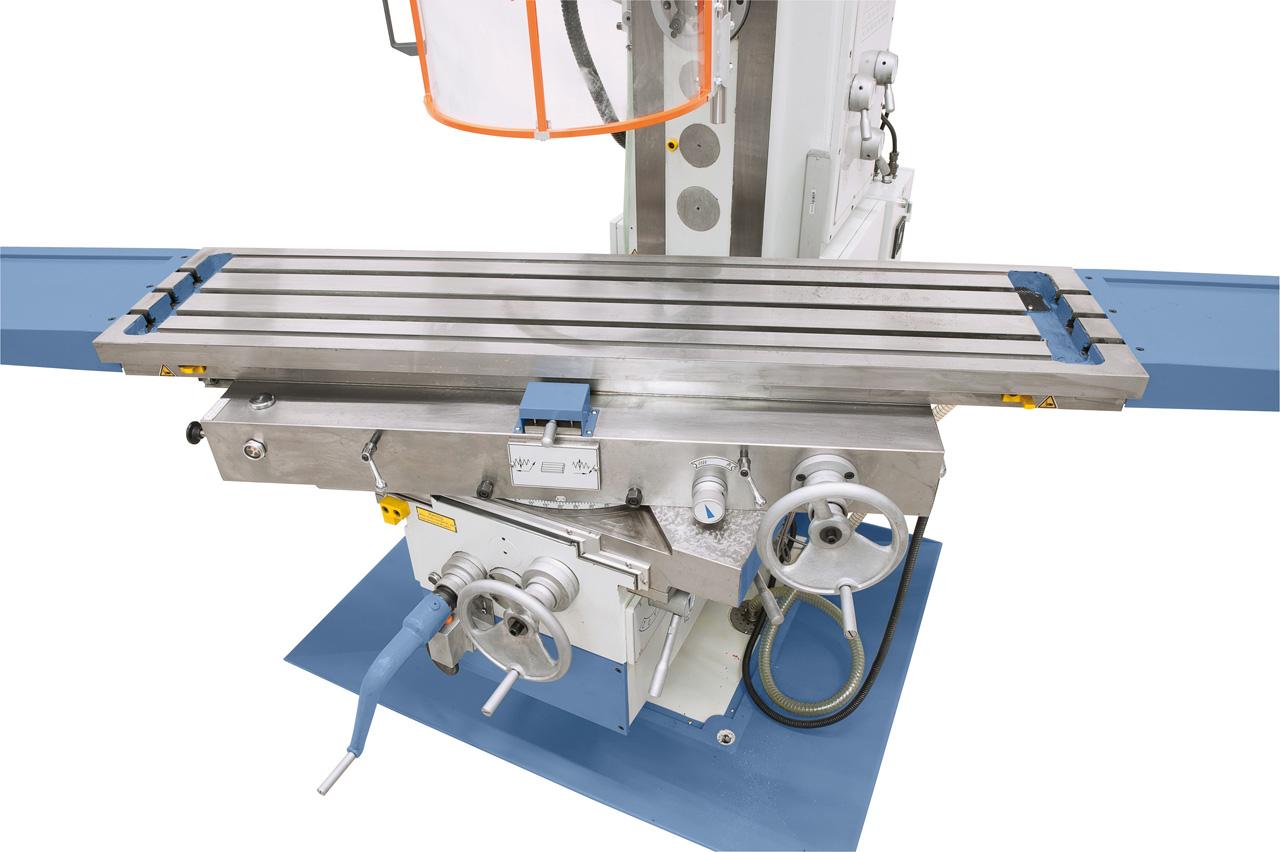 Frästisch von -45° bis +45° schwenkbar, Handrad für die x-Achsenverstellung an der Vorderseite der Maschine.