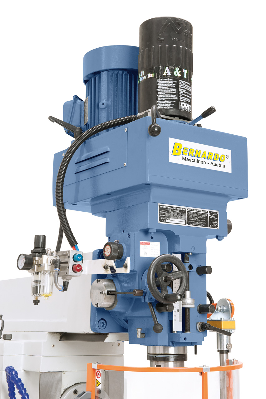 Die Maschine ist serienmäßig mit einem automatischen Pinolenvorschub ausgestattet (0,04 / 0,08 / 0,15 mm/U).