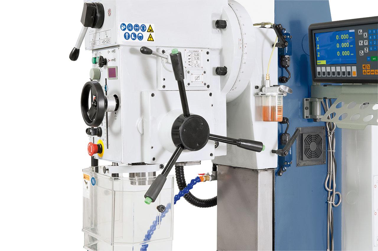 Der Bohrvorschub erfolgt wahlweise per Hand oder mittels Elektromagnetkupplung