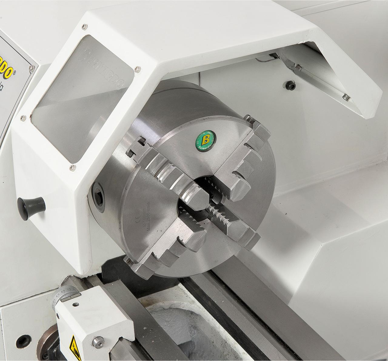 Zentrisch spannendes 4-Backenfutter 160 mm, optimal für Vierkant-Werkstücke (Option).