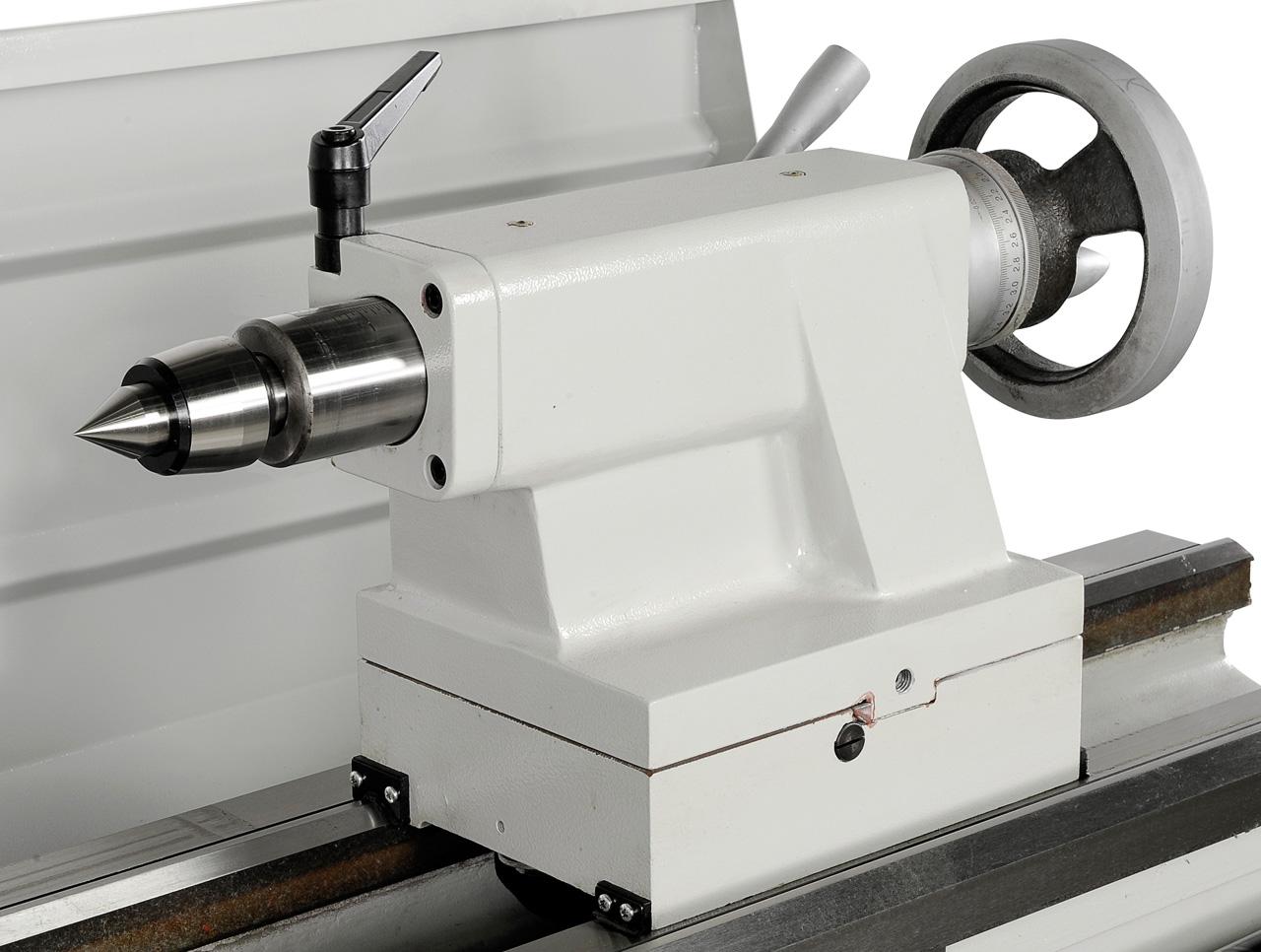 Der robuste Reitstock mit Pinolenaufnahme MK 4 kann zum Kegeldrehen verstellt werden.
