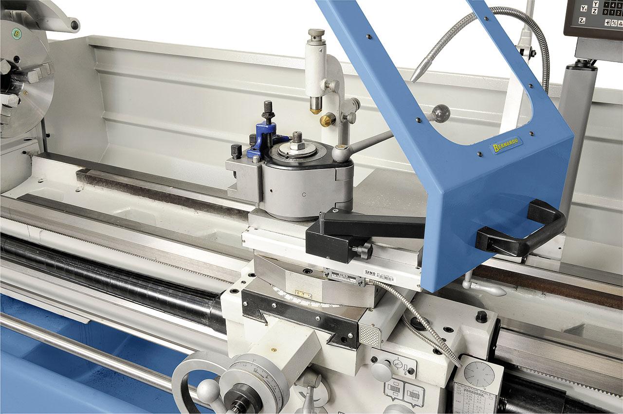 Zum rationellen Arbeiten ist die Maschine serienmäßig mit einem Schnellwechselstahlhalter ausgerüstet.