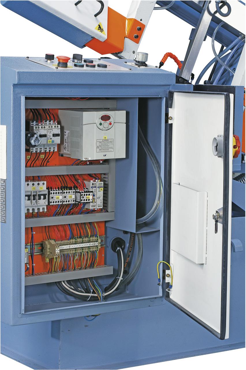 Ãœbersichtlich aufgebauter Schaltkasten mit hochwertigen Elektrokomponenten.