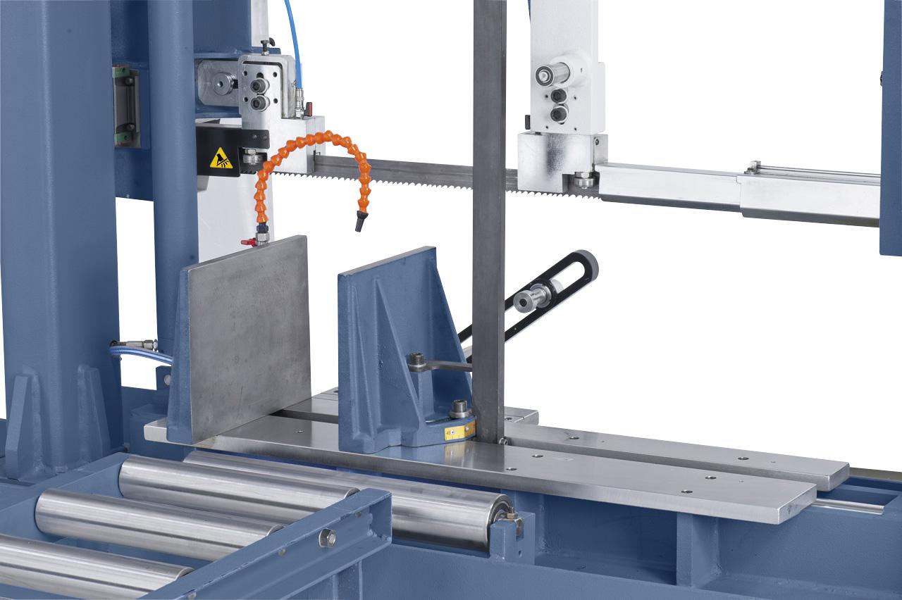 Massiver  Schraubstock aus Grauguss für ein sicheres Fixieren des Werkstückes.  Für Gehrungsschnitte kann der Schraubstock von 90° bis 45° geschwenkt  werden