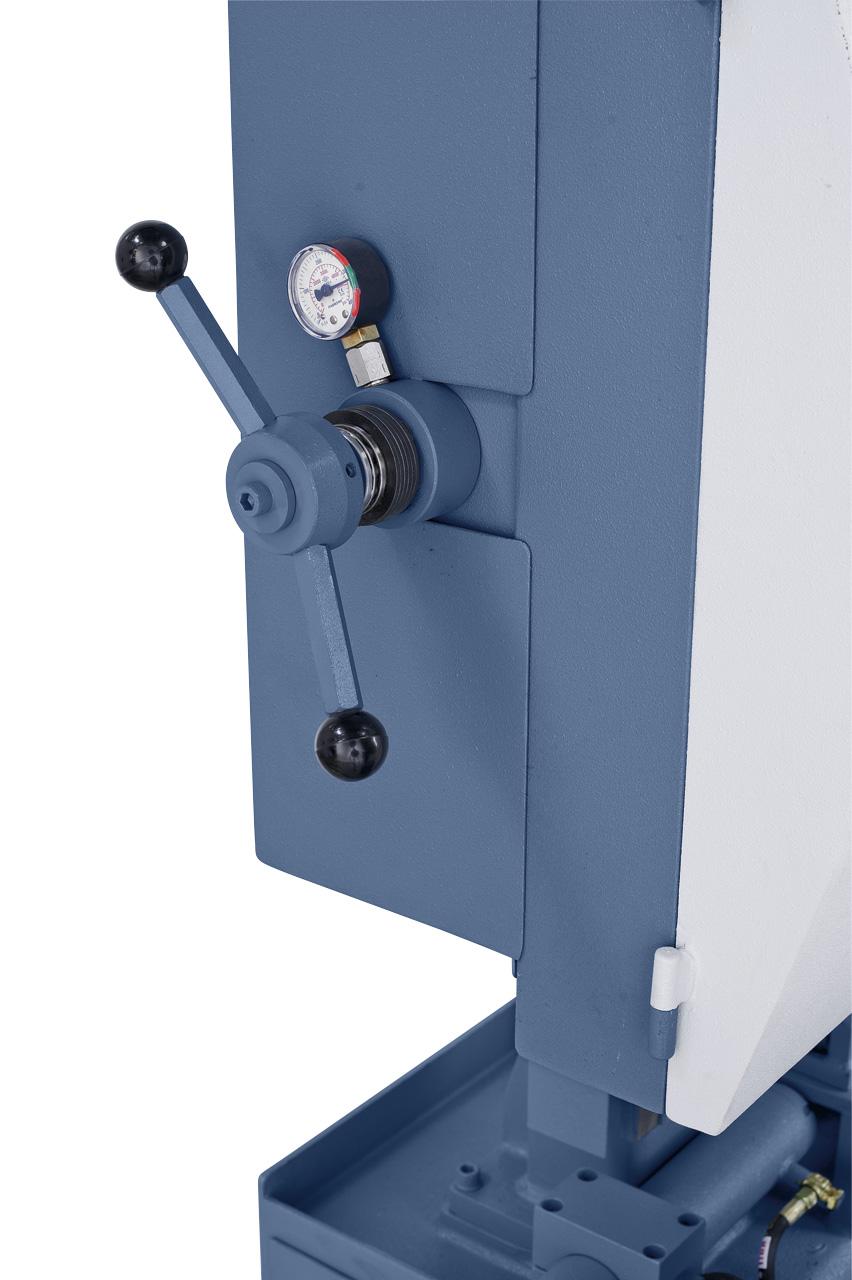 Mittels Manometer kann die Bandspannung optimal einstellt werden, wodurch die Lebensdauer der Sägebänder erhöht wird