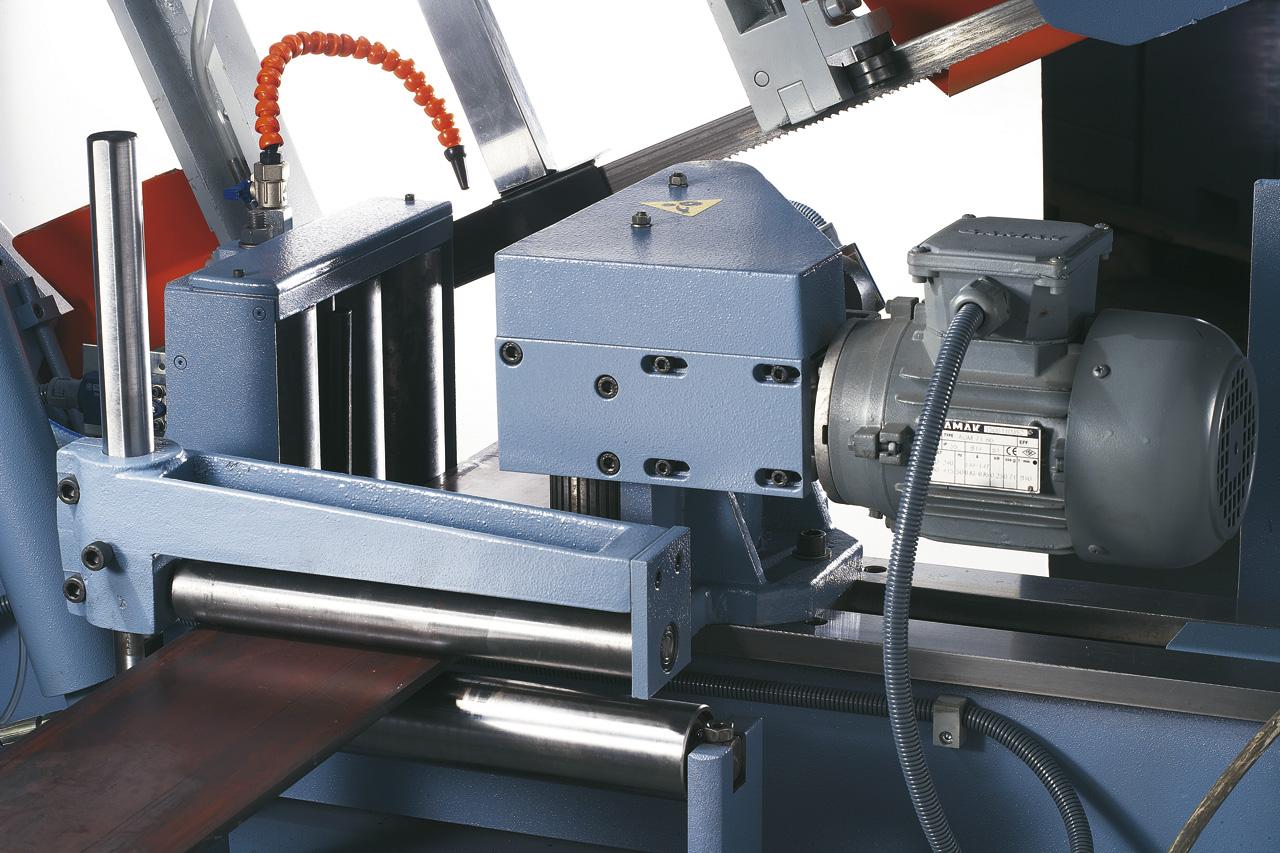 Der Schraubstock ist serienmäßig mit motorisch angetriebenen Rollen für den Werkstückvorschub ausgestattet.