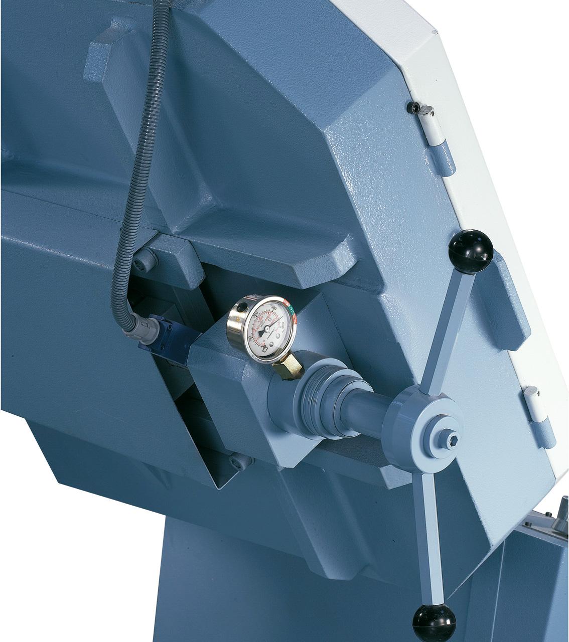 Mittels Manometer kann die Bandspannung optimal eingestellt werden, wodurch die Lebensdauer der Sägebänder erhöht wird.