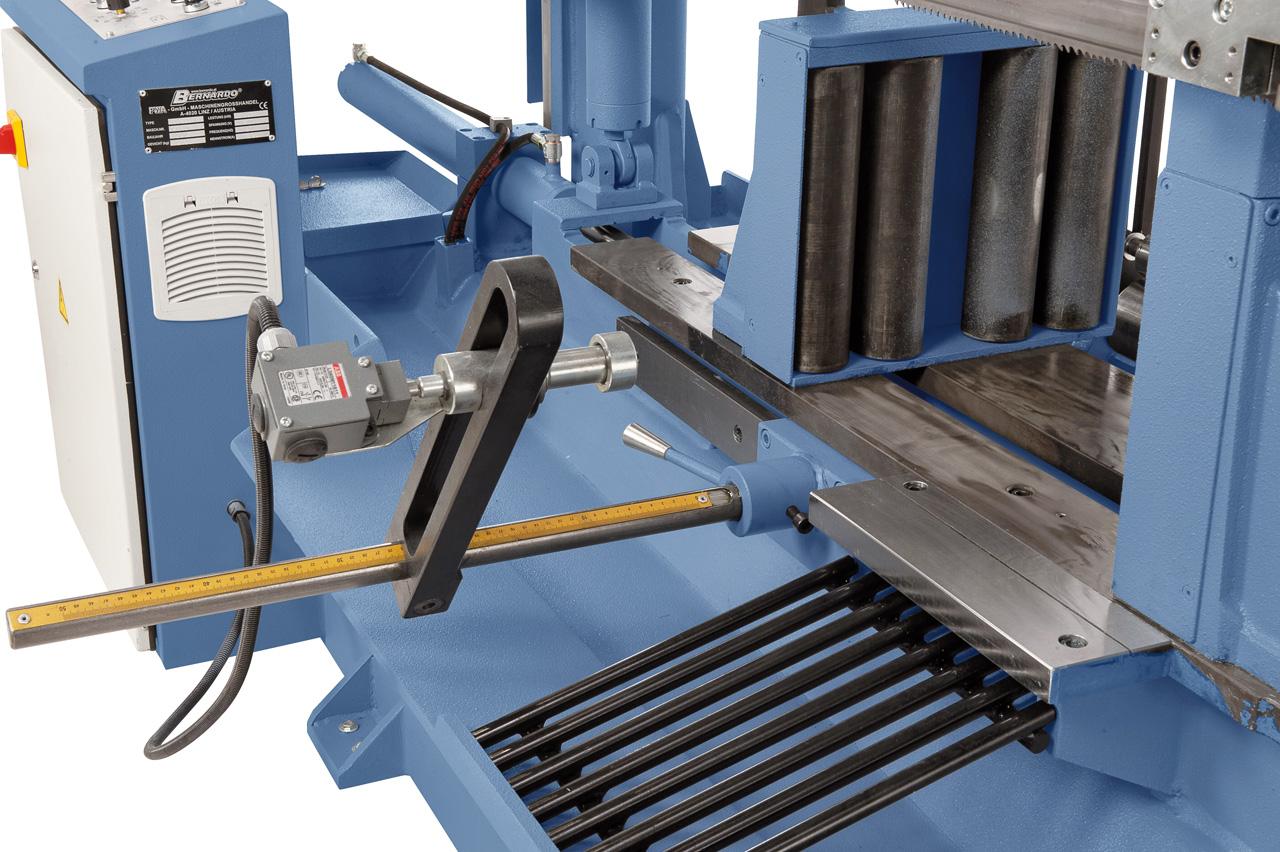Manuelle Voreinstellung der Materiallänge mittels Mikroschalter, Eingabe und Kontrolle der Stückanzahl am Bedienpult