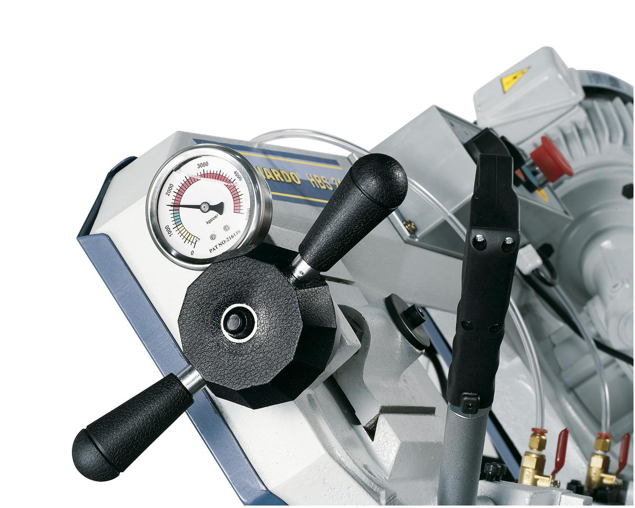 Optimales Einstellen der Sägebandspannung mittels Manometer.