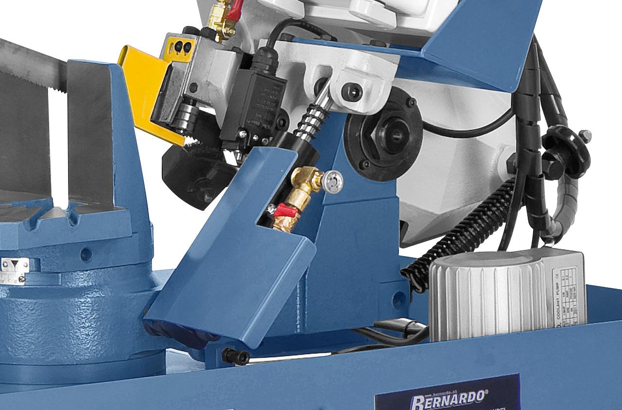 Für feinfühliges Absenken des Sägebügels serienmäßig mit Hydraulikzylinder ausgestattet.