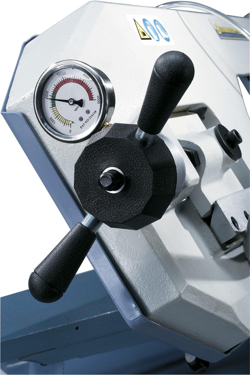 Das serienmäßige Manometer ermöglicht ein optimales Einstellen der Sägeblattspannung.