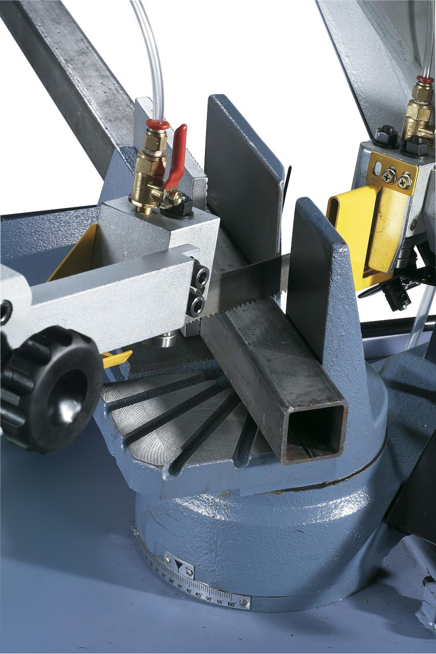 Der Sägebügel kann für Gehrungsschnitte von 90° bis 60° verstellt werden.
