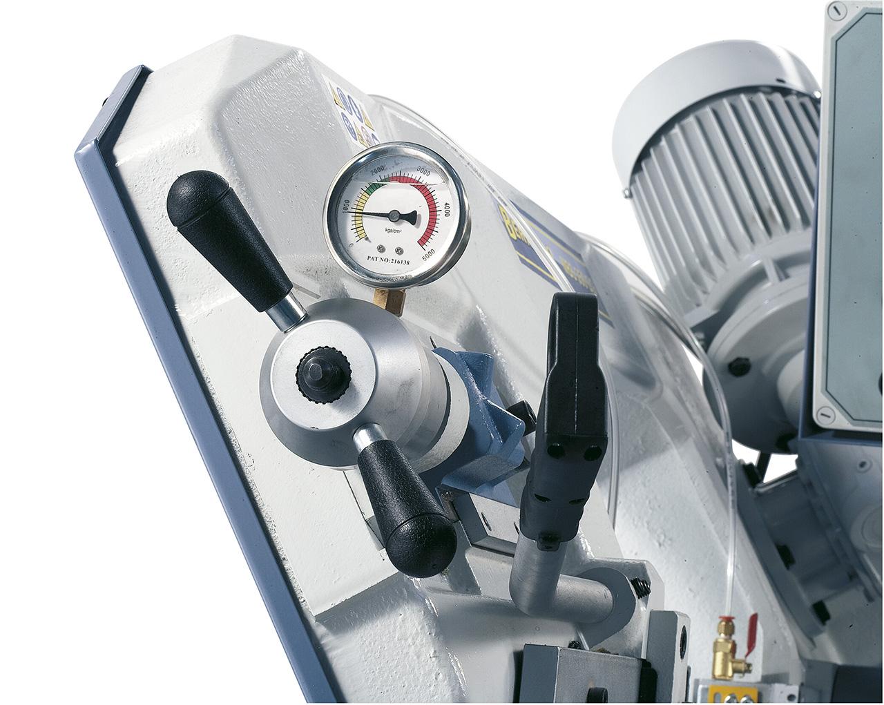 Kontrolle der Sägebandspannung mittels Manometer.