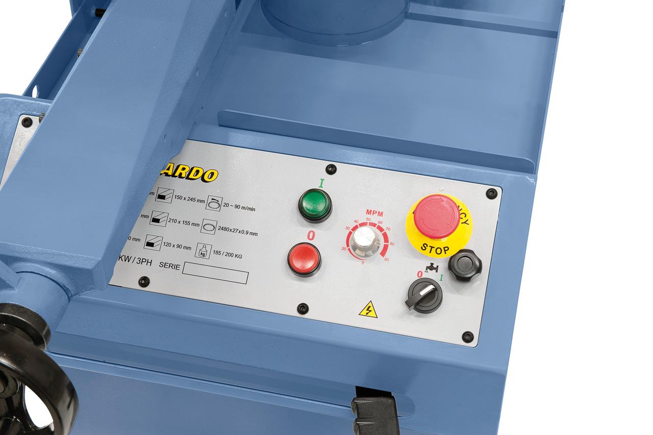Der übersichtlich aufgebaute Schaltkasten an der Vorderseite der Maschine ermöglicht ein komfortables Arbeiten.