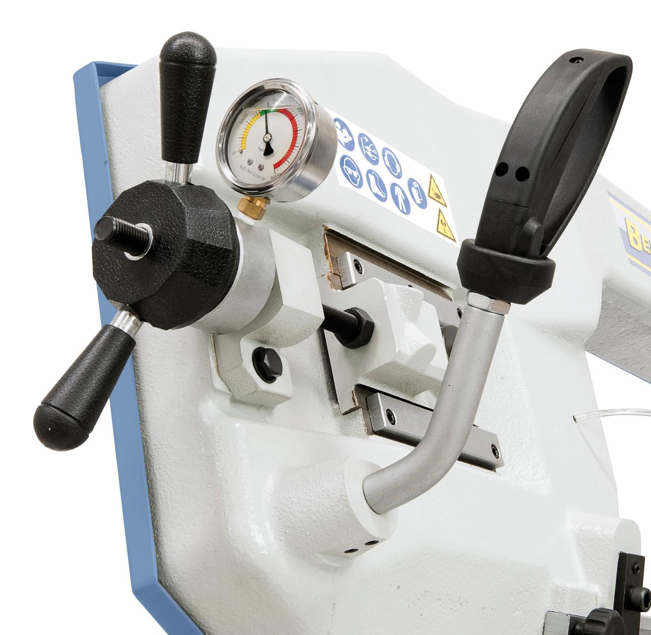 Das serienmäßige Manometer ermöglicht ein optimales Einstellen der Sägebandspannung.