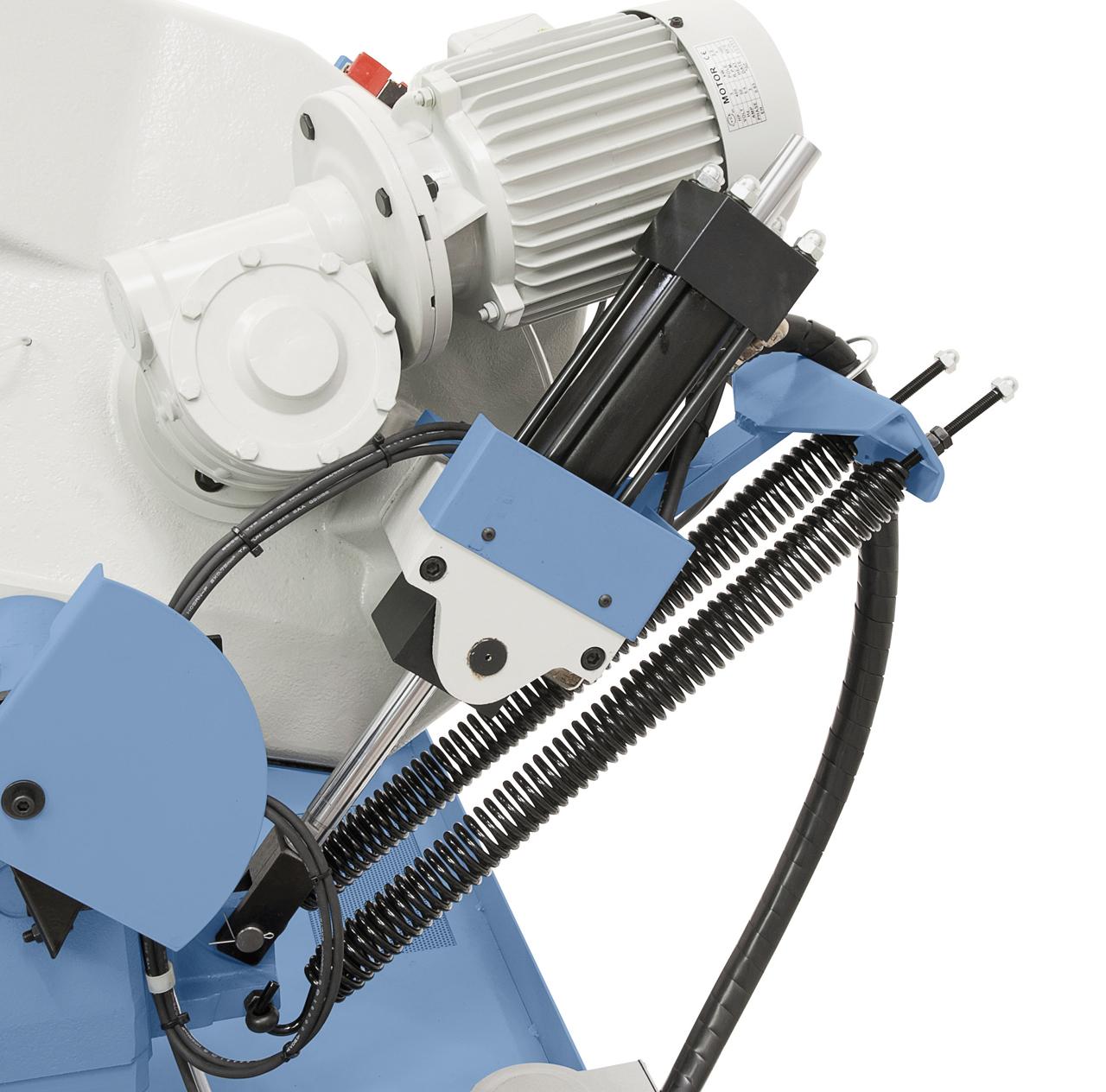 Serienmäßig mit Hydraulik-Absenkzylinder für stufen-loses Absenken des Sägebügels und automatischer Endabschaltung nach Materialdurchschnitt.