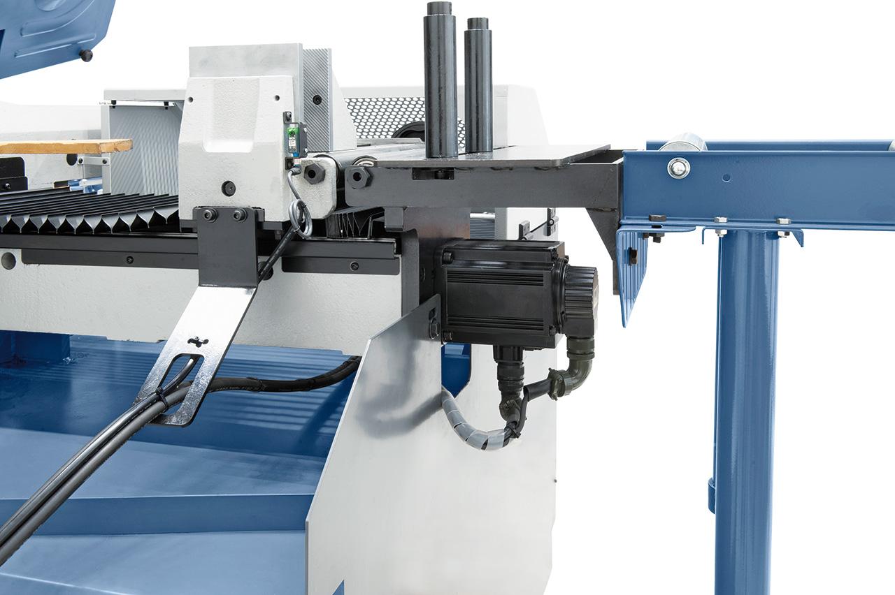 Präzisions-Linearführung mit Kugelumlaufspindel und leistungsstarkem Servo-Antrieb für höchste Positioniergenauigkeit des Werkstückes.