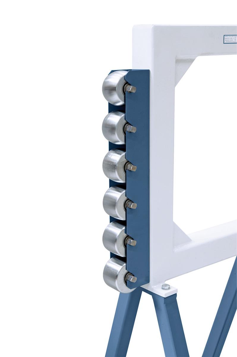 Praktische Halterung für die Formrollen seitlich am Maschinenkörper.