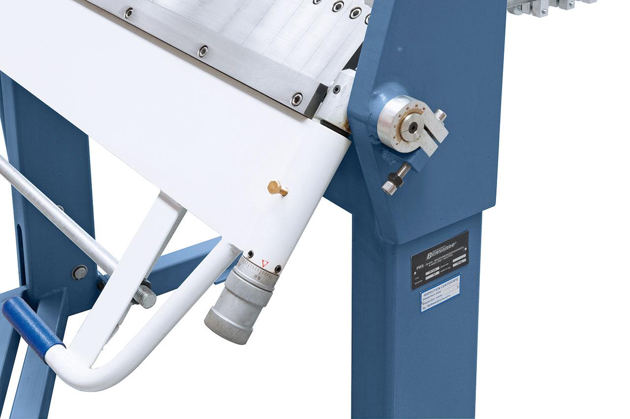 Die Einstellung der gewünschten Materialstärke erfolgt schnell und einfach mittels Einstellschraube