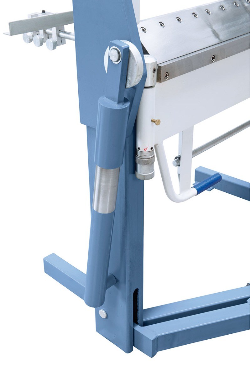 Ein Hilfszylinder unterstützt den Biegevorgang beim Abkanten.