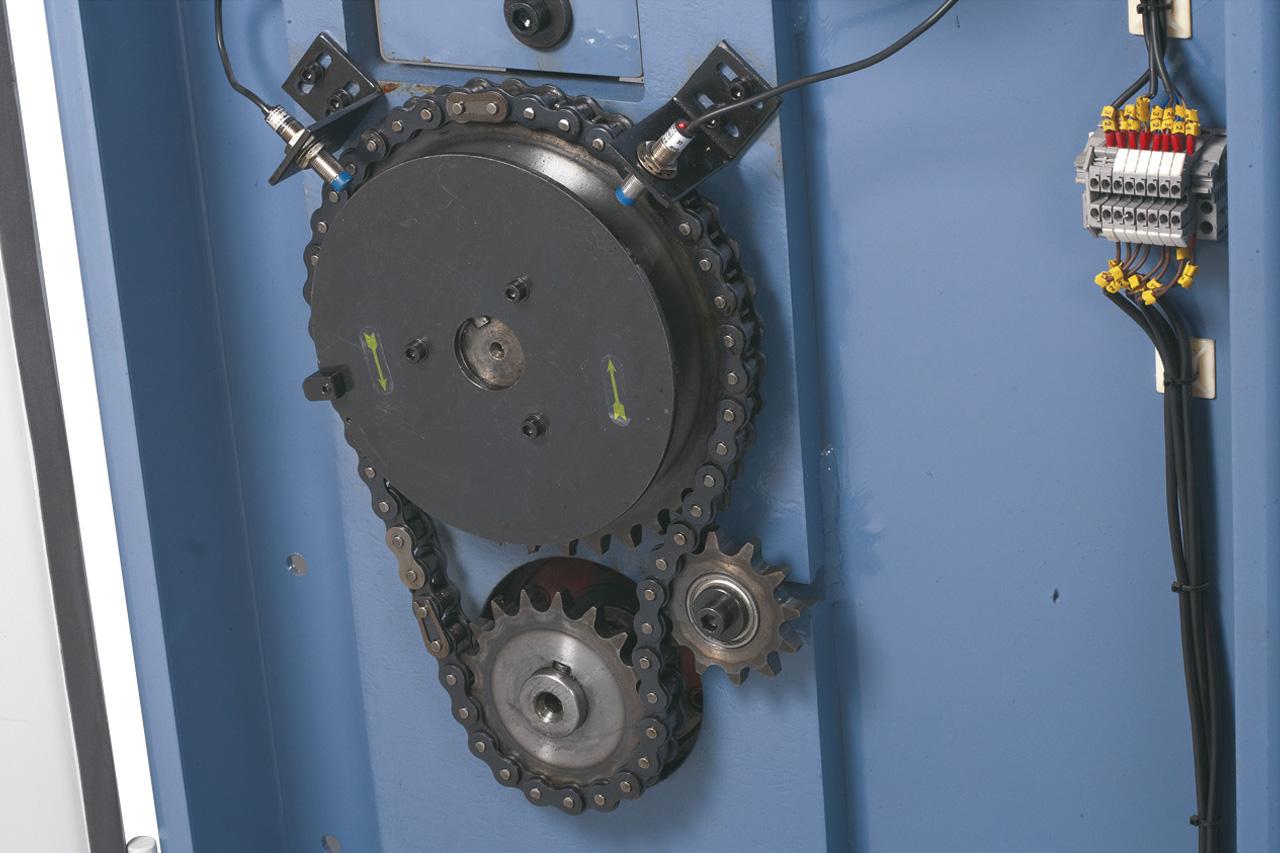 Der robuste Kettenantrieb sorgt für ein exaktes Verfahren der Oberwange und Klemmen des Werkstückes.