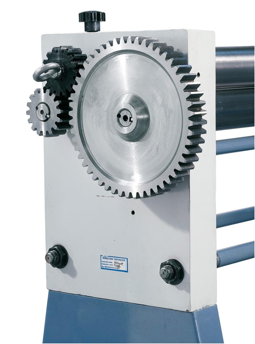 Der Antrieb der Walzen erfolgt über ein massives Zahnradgetriebe.