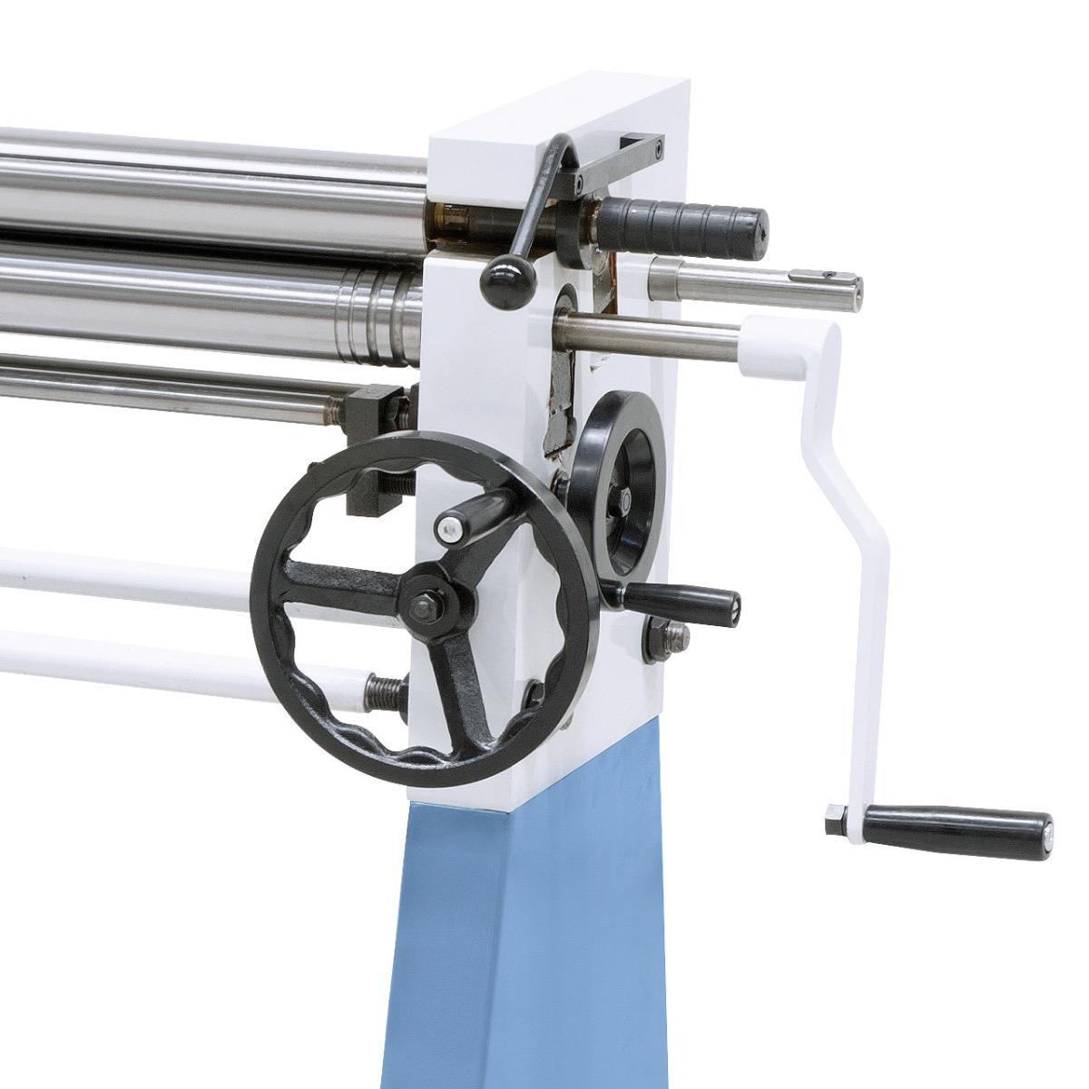 Die Zustellung der Unter- und Hinterwalze erfolgt über ergonomisch angebrachte Handräder.