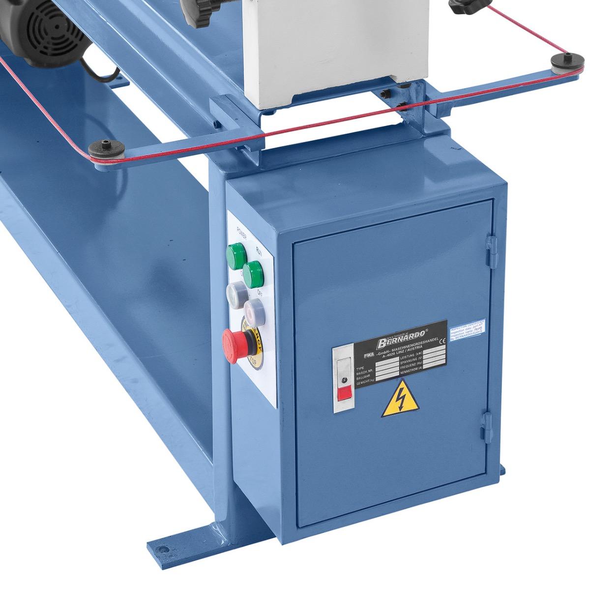 Übersichtlich angebrachte Schalt- und Bedienelemente seitlich am Maschinenkörper.