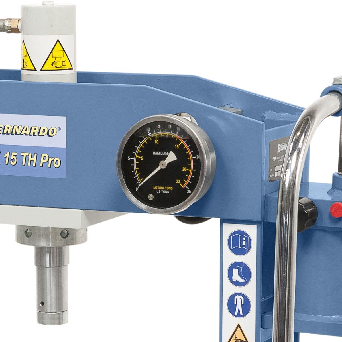 Das Ablesen der Druckkraft erfolgt schnell und einfach mittels Manometer