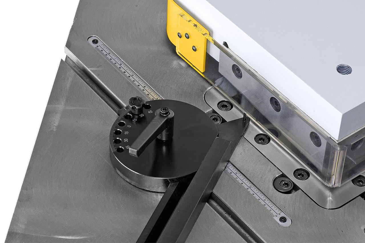 Exaktes Einstellen der Anschläge mittels eingearbeiteten Skalen im Maschinentisch.