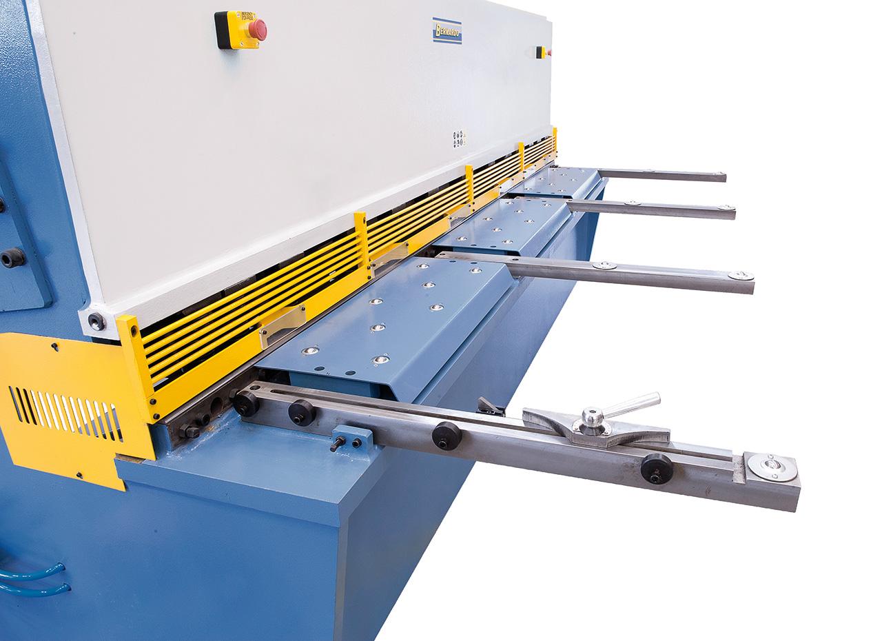 Vordere Blechauflagen mit integrierten Rollen zum Bearbeiten großformatiger Bleche