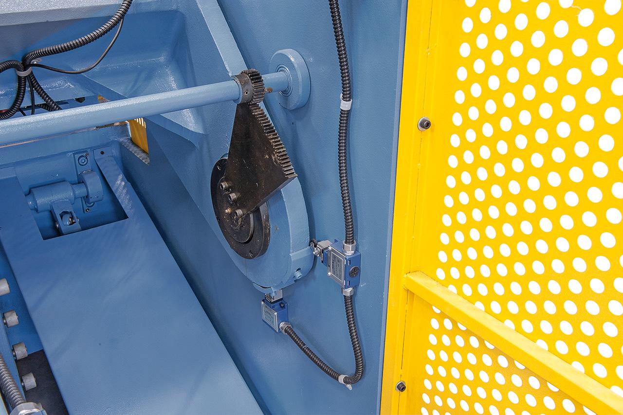 Schnittspaltverstellung - einfaches und schnelles Einstellen auf die gewünschte Blechdicke.