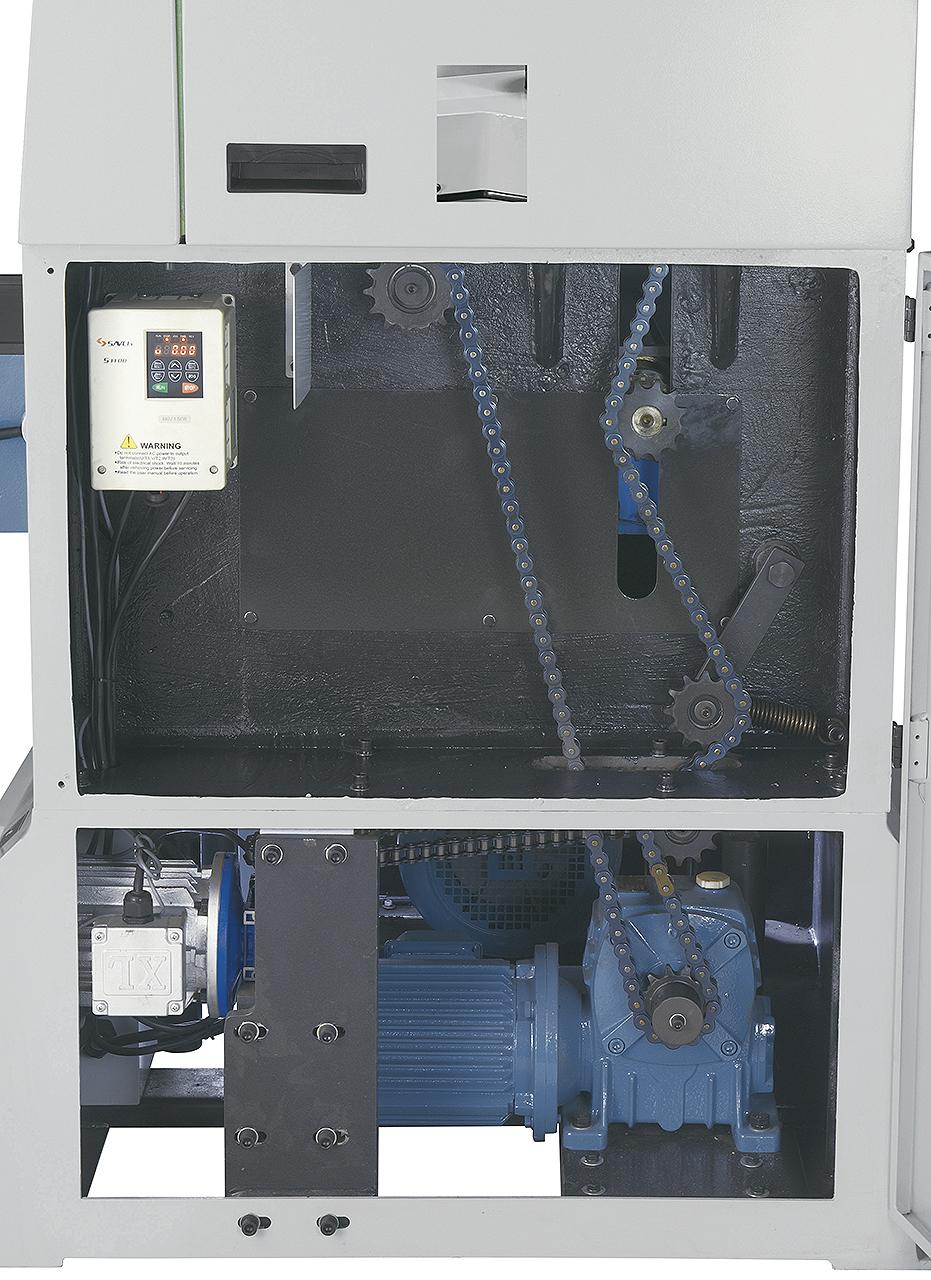 Mit dem Frequenzumrichter kann die Vorschubgeschwindigkeit der Ein- und Auszugswalze für präzise Hobelergebnisse optimal an das Werkstück angepasst werden