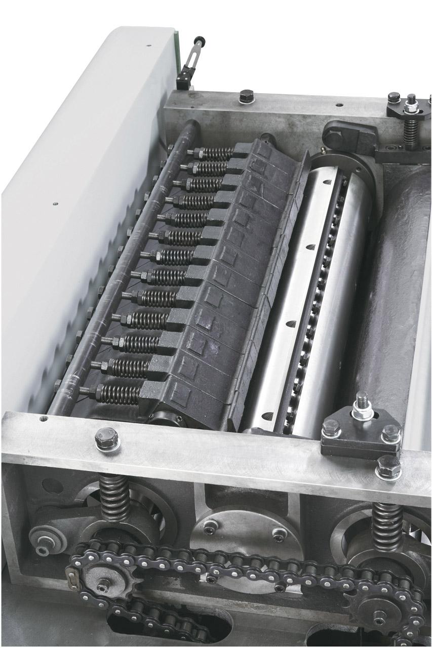 Segmentierte Einzugswalze und Druckbalken ermöglichen das gleichzeitige Hobeln von Werkstücken unterschiedlicher Dicke.