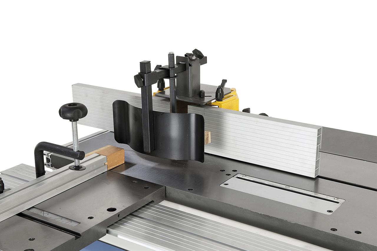 Die Anschläge der Fräserschutzhaube können schnell und einfach auf das jeweilige Fräswerkzeug eingestellt werden. Die serienmäßige Schutzvorrichtung verhindert ein Rückschlagen des Werkstückes.