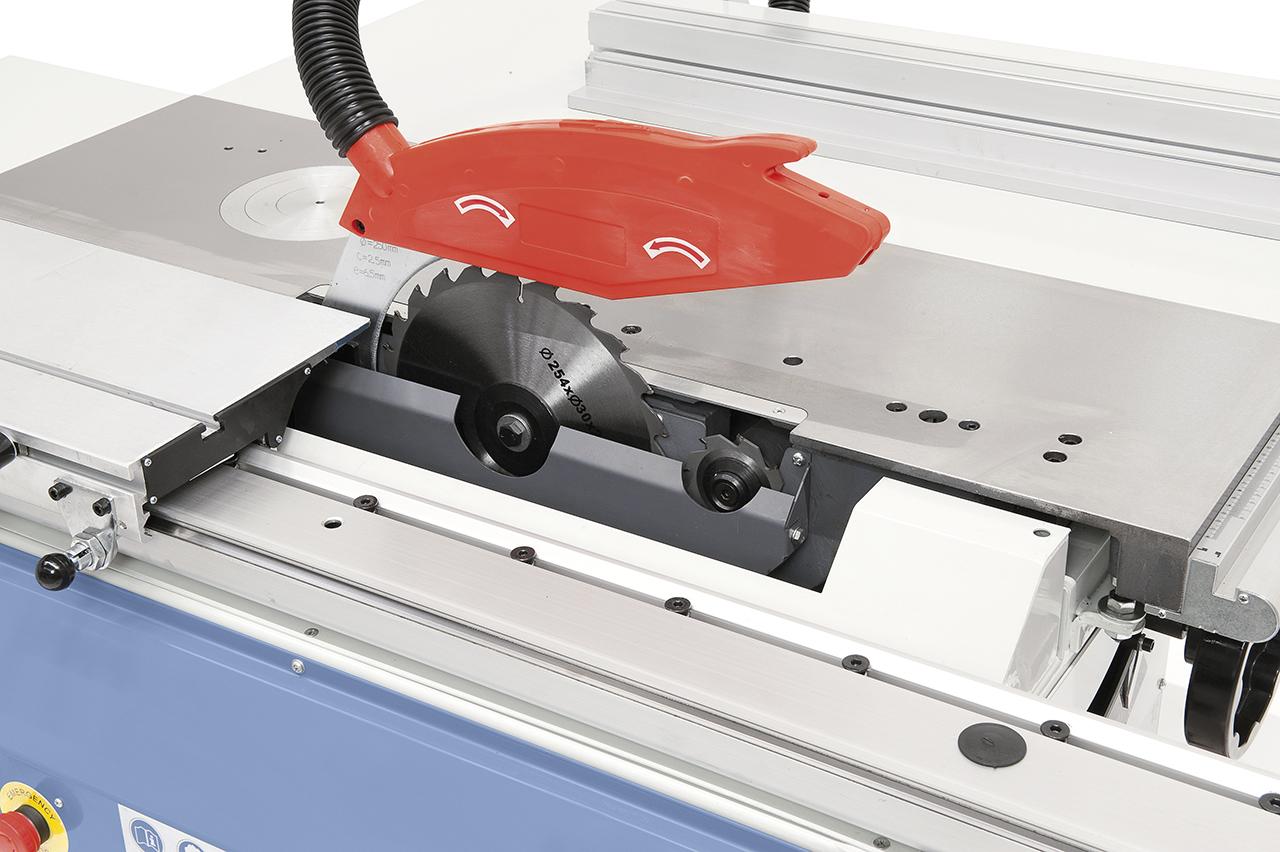 Der Sägeblattschutz mit integriertem Absaugstutzen ist am Spaltkeil befestigt. Serienmäßig mit Vorritzaggregat ausgestattet.