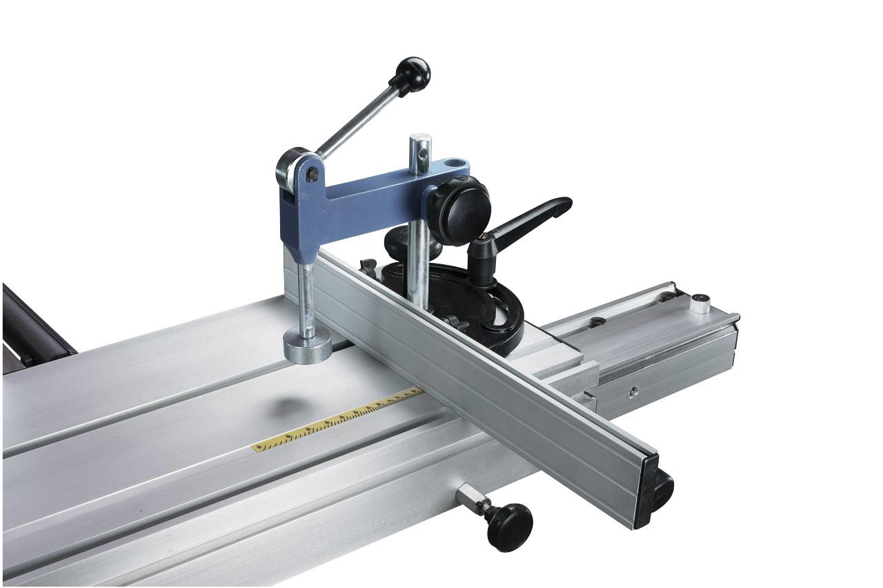Die T-Nut im Formattisch ermöglicht das Montieren des Gehrungsanschlages und des Besäumschuhs.