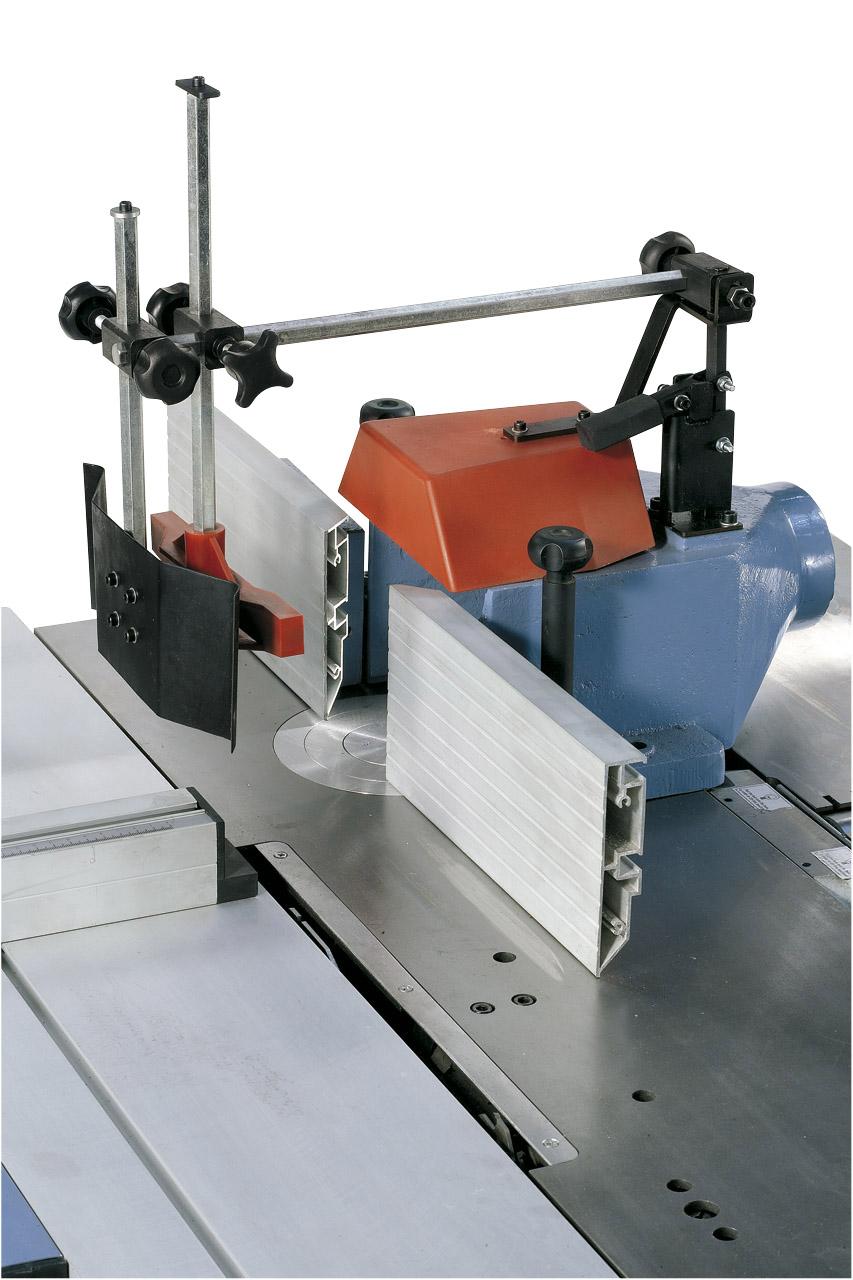 Die Anschläge der Fräserschutzhaube können schnell und einfach auf das jeweilige Fräswerkzeug eingestellt werden. Die Späneabfuhr erfolgt durch den integrierten Absauganschluss.