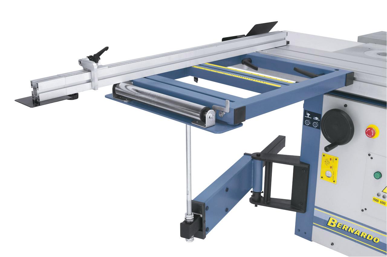 Mit dem verwindungsfreien Auslegertisch können auch große und schwere Platten problemlos geschnitten werden. Das ausziehbare Teleskoplineal ist mit einer feineinstellbaren Anschlagklappe ausgestattet.