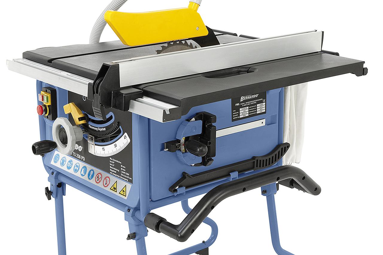 Halterungen seitlich an der Maschine ermöglichen ein Verstauen des Gehrungsanschlages und des Schiebestockes.
