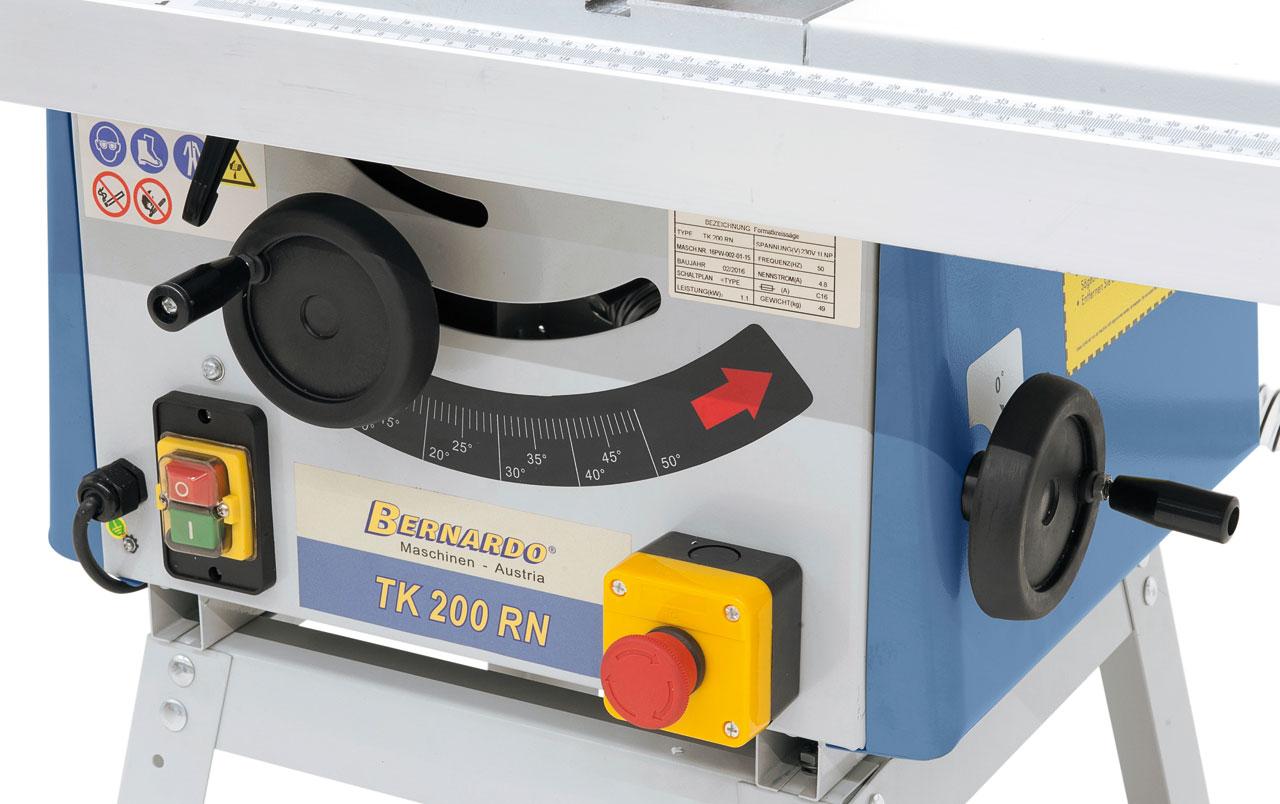 Die Verstellung des Sägeaggregats erfolgt durch ergonomisch angebrachte Handräder am Maschinenkörper.