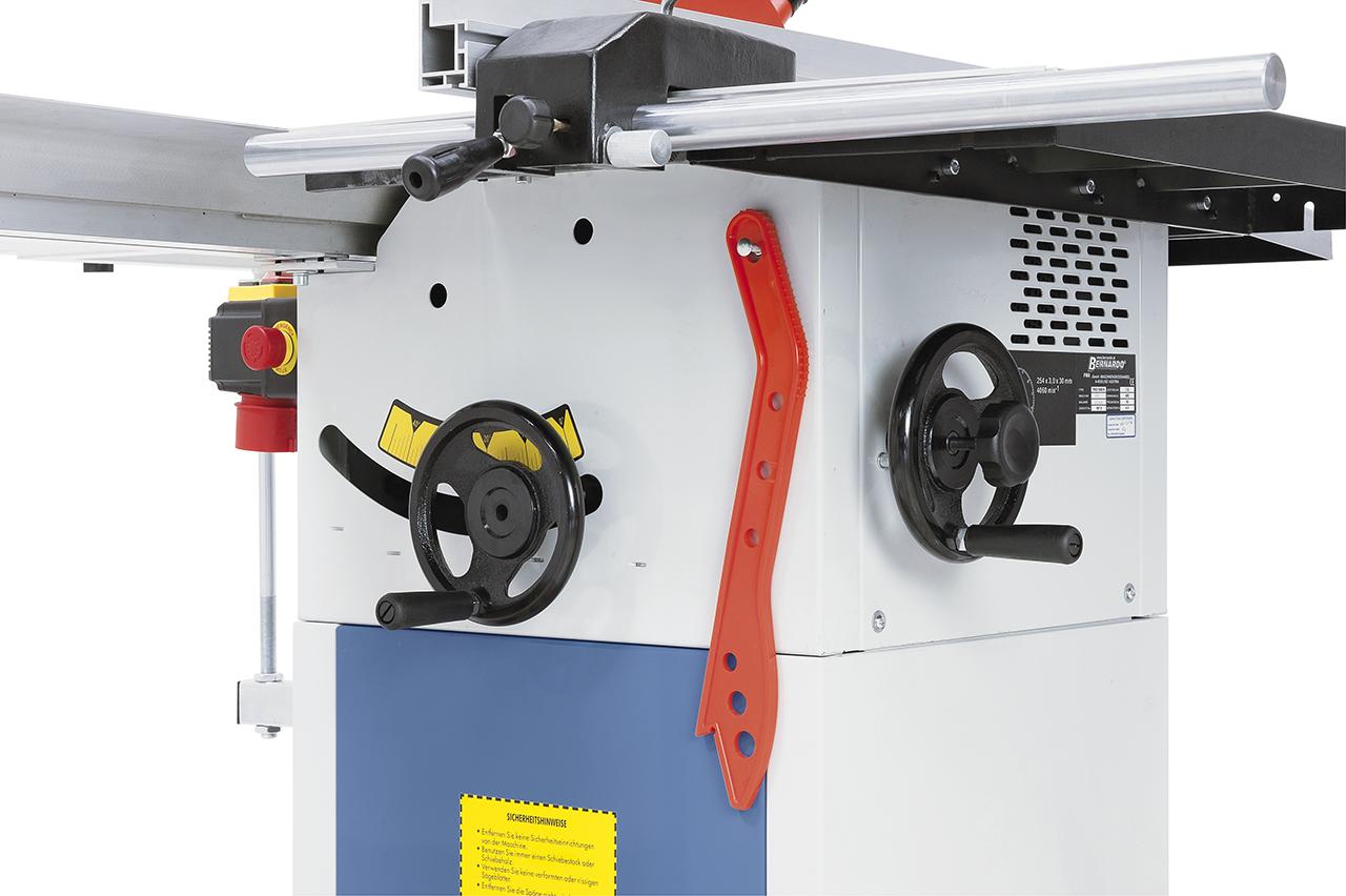 Problemloses bzw. leichtgängiges Verstellen des Sägeaggregates mittels Handräder.