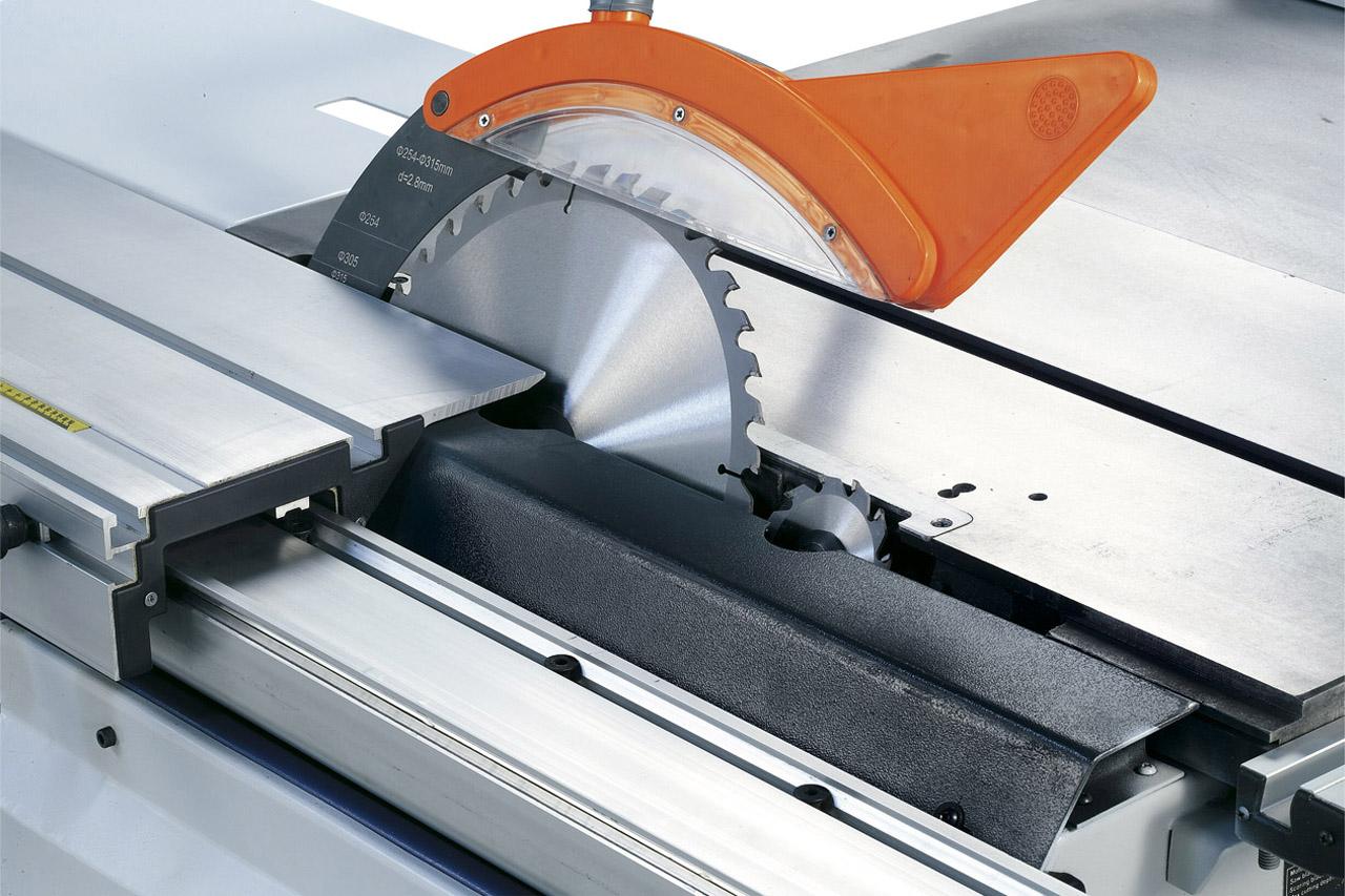 Das bis 45° schwenkbare Sägeaggregat kann mittels Handrad für Schnitthöhen bis 100 mm eingestellt werden.